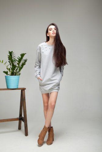 Трикотажное платье с прорехами
