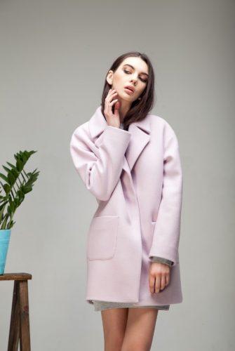 Пальто с накладными карманами розового цвета