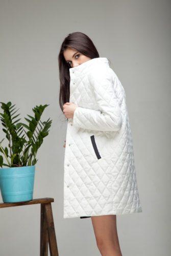 Куртка облегченная миди белого цвета