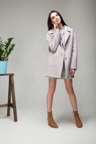 Пальто с накладными карманами серого цвета