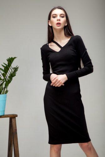 Платье силуэтное с деталью черного цвета