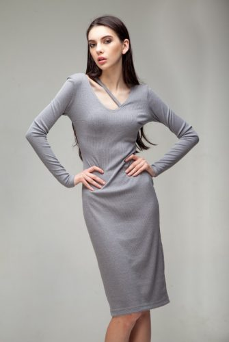 Платье силуэтное с деталью серого цвета