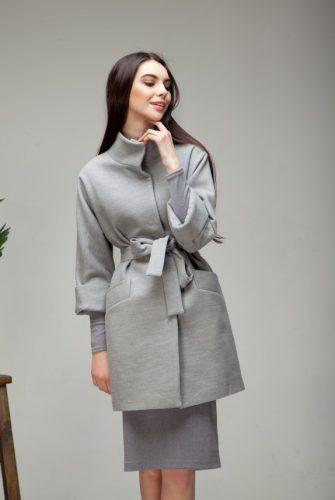 Пальто со стойкой светло-серого цвета