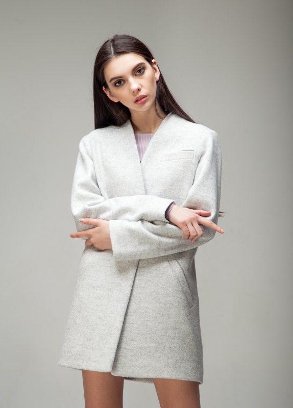 Пальто средней длины мраморного цвета