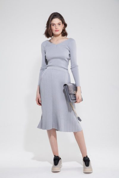 Костюм трикотажный из свитера со спущенными плечами и юбки плиссе - THE LACE