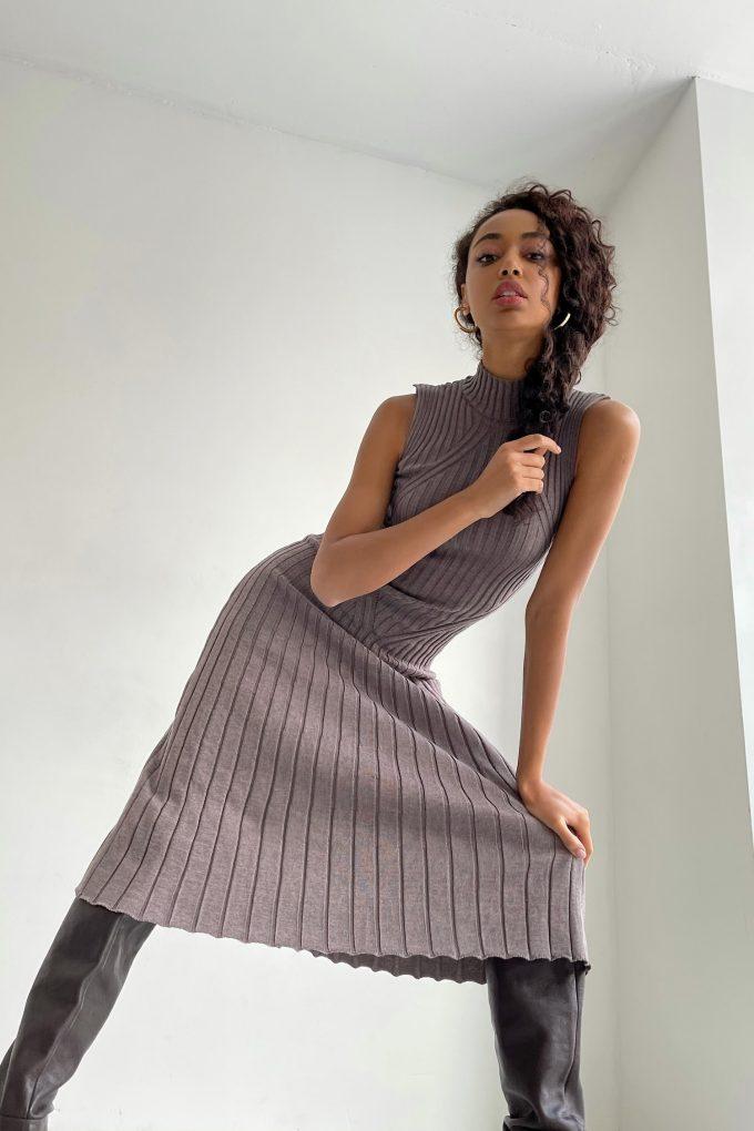 Трикотажное платье миди со свободной юбкой капучино - THE LACE