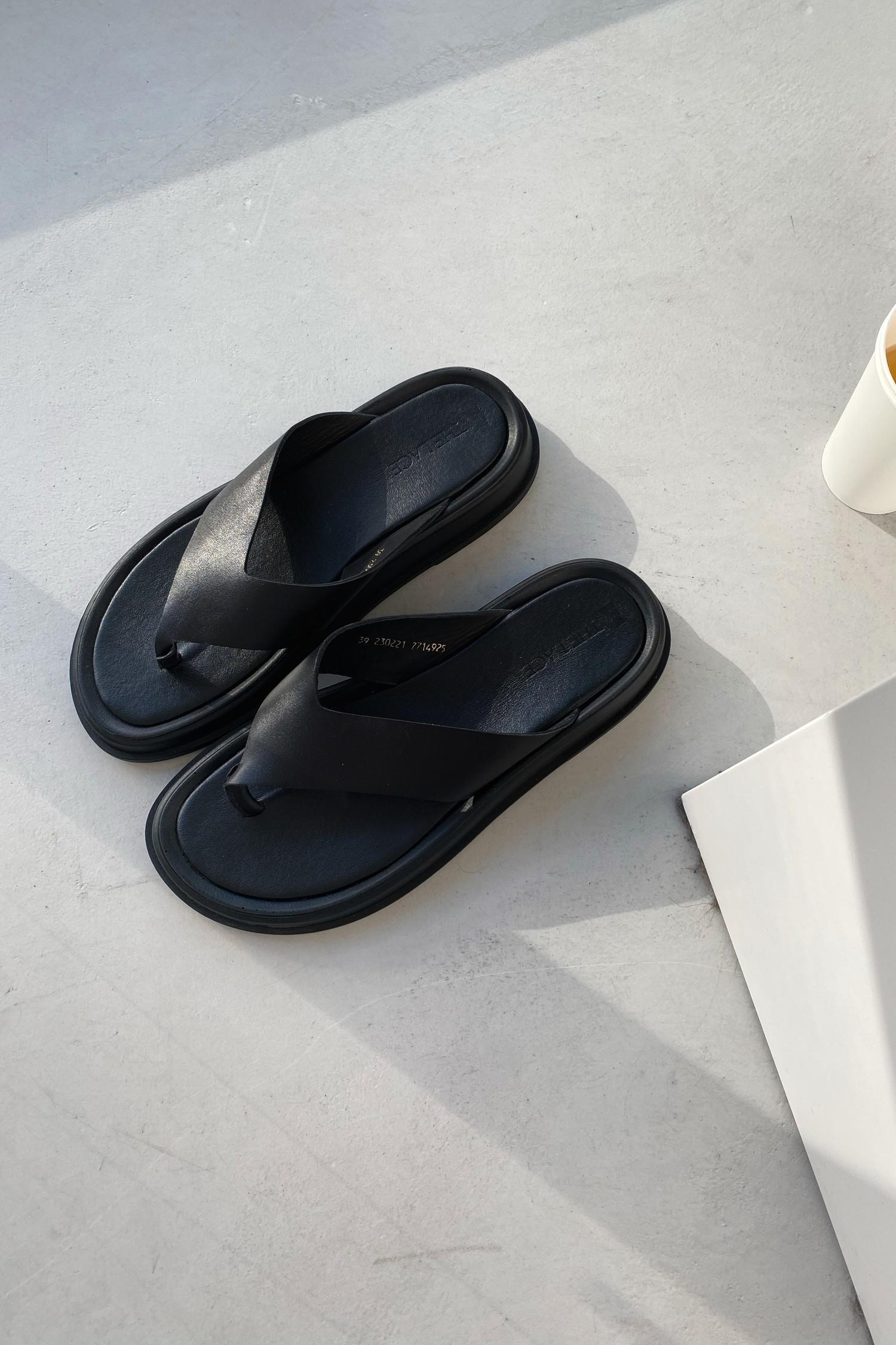 Кожаные сандалии-вьетнамки черные - THE LACE