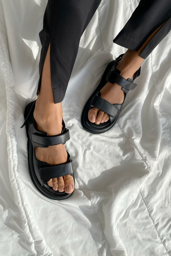 Шкіряні босоніжки з чорними пряжками - THE LACE
