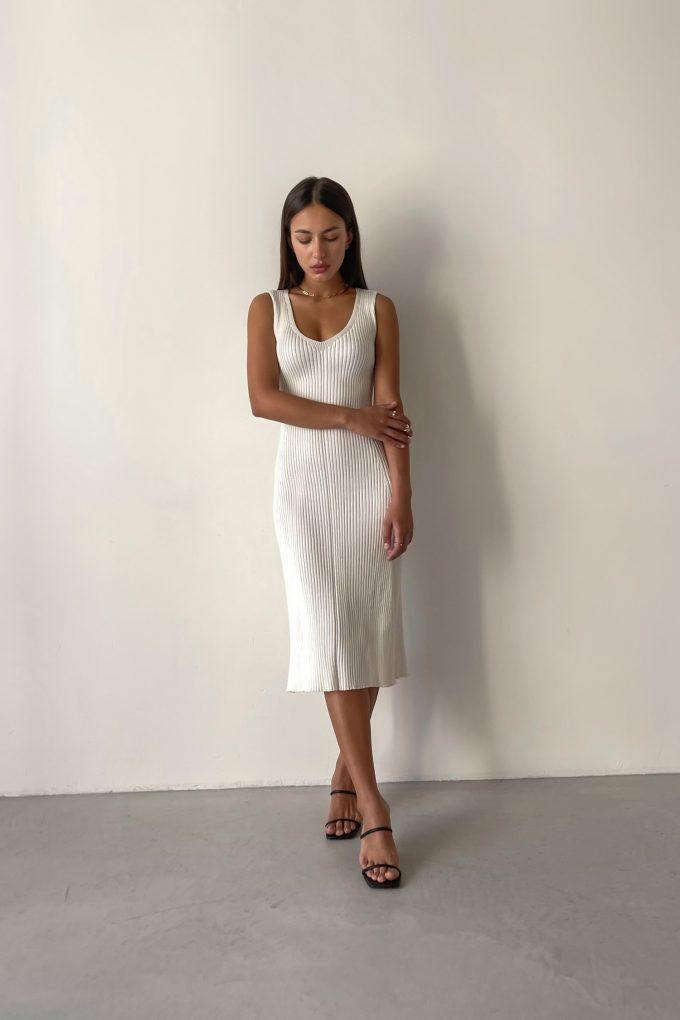 Молочное трикотажное платье с вырезом - THE LACE