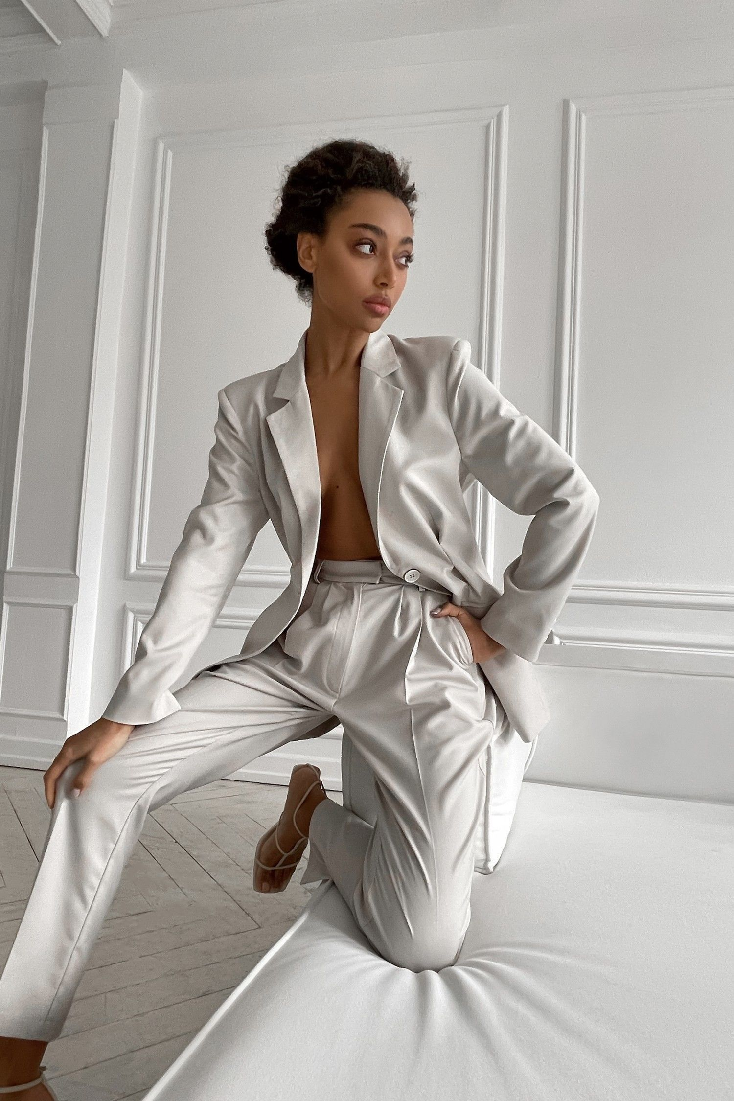 Брючный костюм светло-серый- THE LACE